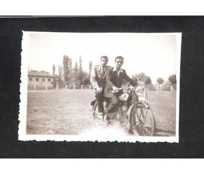 D&K- MOTOSİKLET ÜZERİNDE İKİ GENÇ FOTOĞRAF