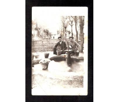 D&K- HAVUZ BAŞINDA İKİ GENÇ FOTOGRAF
