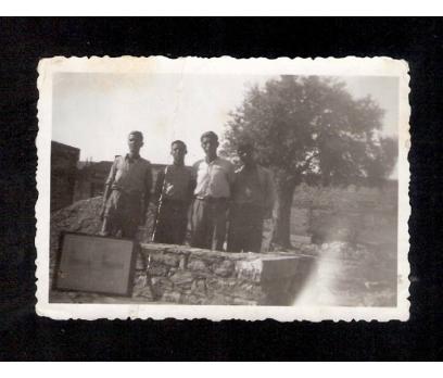 D&K- KÖY ÇEŞMESİ ÖNÜNDE GENÇLER 1934 YILI