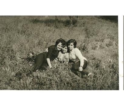 D&K- BAHAR KIRDA GEZİNEN KIZLAR FOTOĞRAF